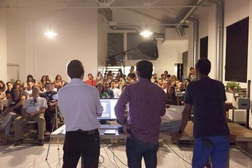 Presentación del Microcurso Mobile Photo de Workshop Experience en el Espacio Harley. Podemos ver a Dani Parra, Phil González y Pablo David Martín y a los asistentes al evento.