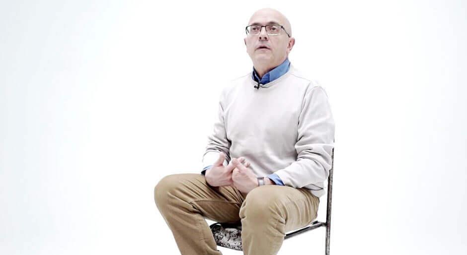 Jon sentado en silla