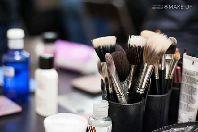 Pinceles y productos cosméticos en un curso de maquillaje profesional
