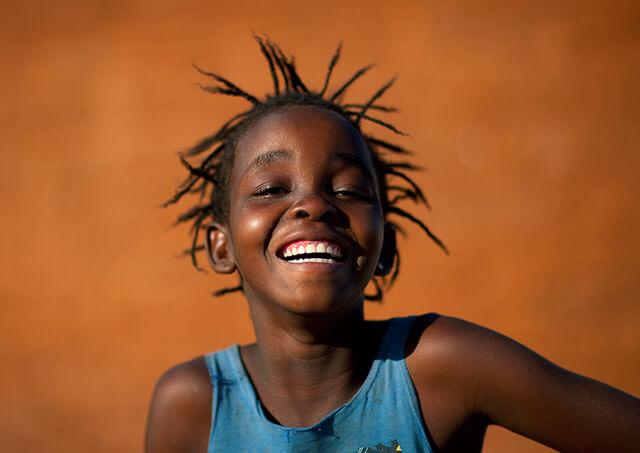 Fotografías de retrato a niños riéndose