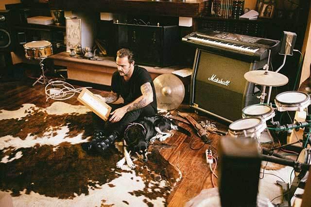 Alejandro en su estudio con su perro