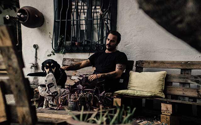 Alejandro sentado con su perro