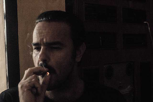 Alejandro fumando