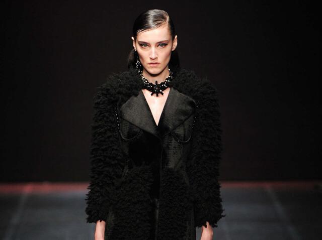 Modelo desfile Angelo Marani con sombras negras glitter inspiración Halloween