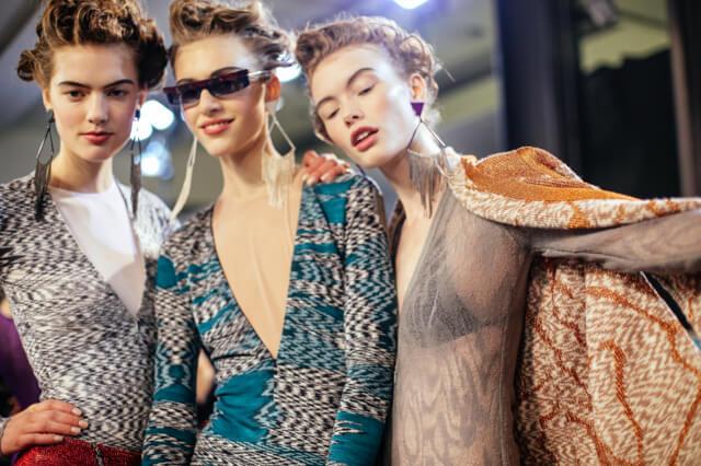 Modelos de Missoni posan con un maquillaje basado en el efecto cara lavada