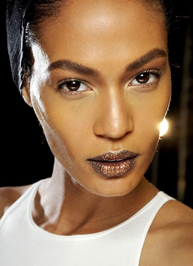 Modelo con labios glitter en el desfile de Dior