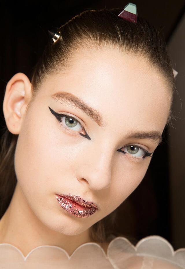 Modelo con labios glitter en el desfile de Fendi