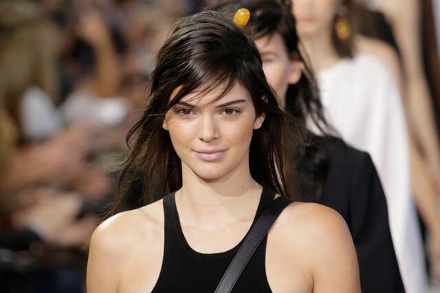 Kendall Jener en el desfile de Michael Kors con maquillaje stripping