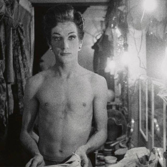 Diane Arbus, Female impersonator holding long gloves, 1959 | Fuente: New York Magazine
