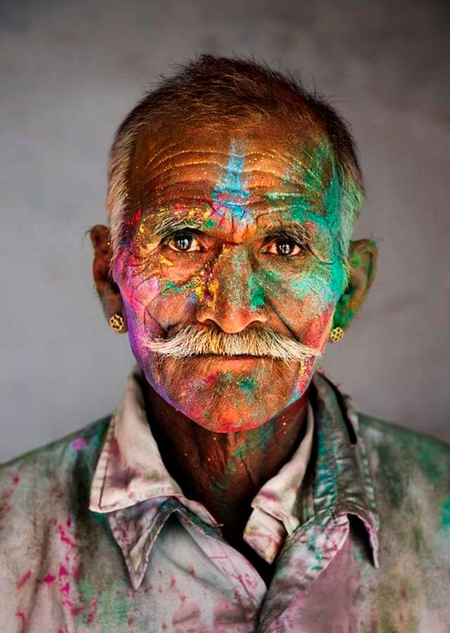 Steve McCurry Man covered in gulal during Holi, the festival of colours, 2009 | Fuente: Pinterest