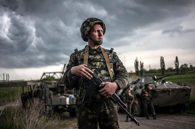 Soldado delante de un tanque