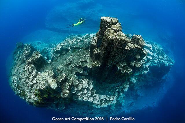 Buzo entre arrecifes