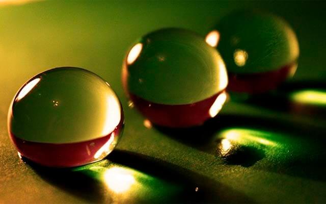 Tres gotas de agua, cada una con una nitidez distinta, dependiendo del enfoque | Fuente: www.pixabay.com