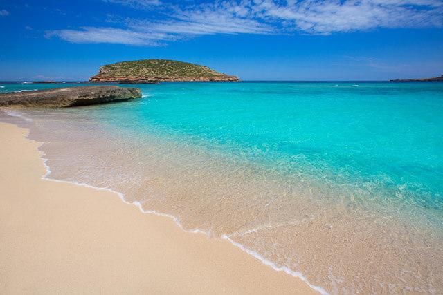 Playa de arena fina y aguas cristalinas
