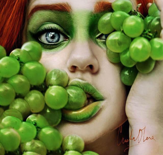Retrato de rostro de mujer con uvas verdes