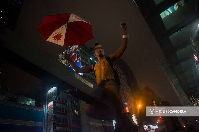 Manifestante asiático con paraguas símbolo de la revolución