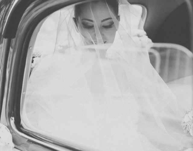 Algo importante en la fotografía de bodas es estar preparado para los momentos importantes, como la novia cuando llega a la iglesia