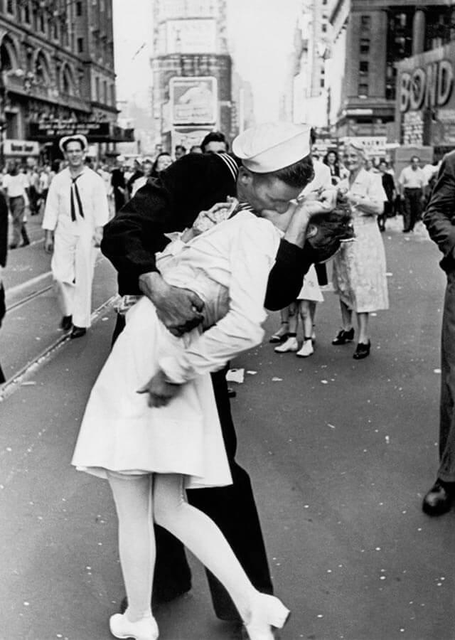 Alfred Eisenstaedt tomó esta fotografía el día en el que se anunció la victoria contra Japón. Uno de los grandes momentos históricos.