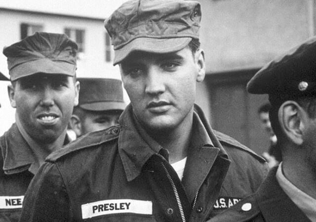 Elvis Presley fue uno más en el ejército americano.Uno de los grandes momentos históricos.