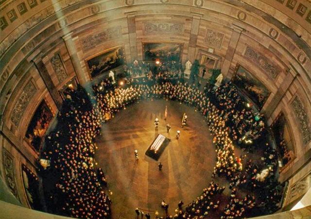 Miles de personas acudieron a ver el féretro de John F. Kennedy. Uno de los grandes momentos de la historia