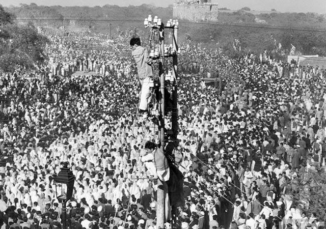 Fotografía tomada en el funeral de Mahatma Ghandi. La gente se subía a los postes eléctricos para poder ver mejor.