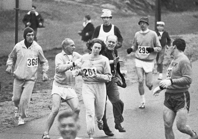 Uno de los organizadores del maratón de Boston intentando arrebatarse su dorsal a Kathrine Switzer. Uno de los grandes momentos de la historia.