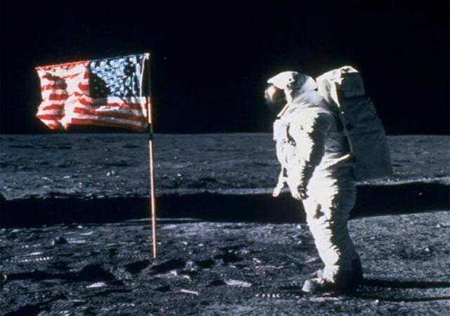 Una de las imágenes más recordadas de la aventura espacial fue ésta: la bandera de EEUU sobre la superficie lunar