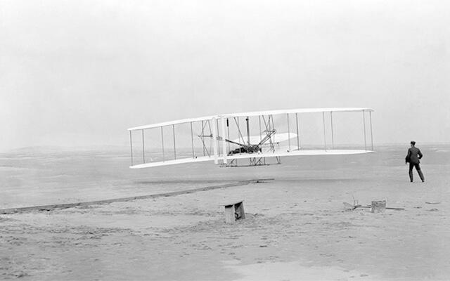 Los hermanos Wright en el primer vuelo motorizado de la historia
