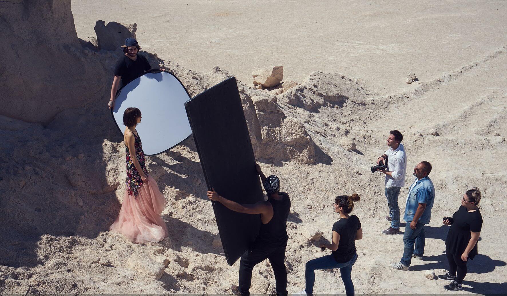 Fotografos y asistentes trabajando en una sesion de fotos de moda en exteriores