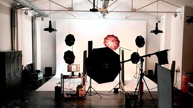 Estudio de fotografía iluminado con focos