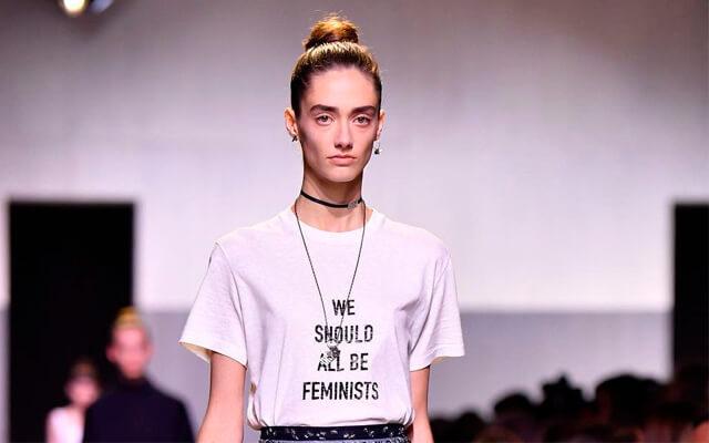 Camiseta con mensaje en el desfile de Dior