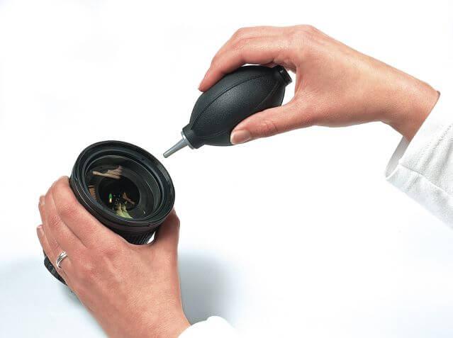 La pera de aire puede ayudar a limpiar la lente