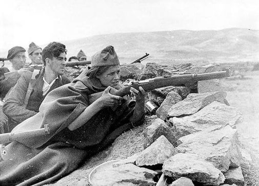 mujer en las trincheras