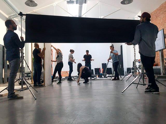 Alumnos trabajando en un curso de especialista de asistente fotográfico