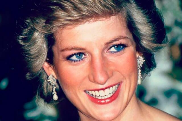 Uno de los rasgos más característicos del maquillaje de la princesa Diana era el delineado azul