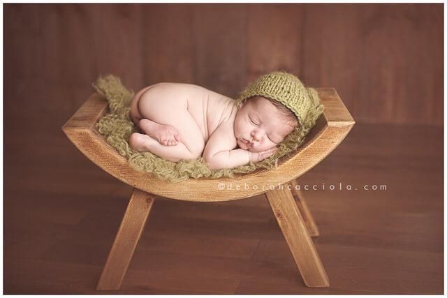 bebé sobre silla