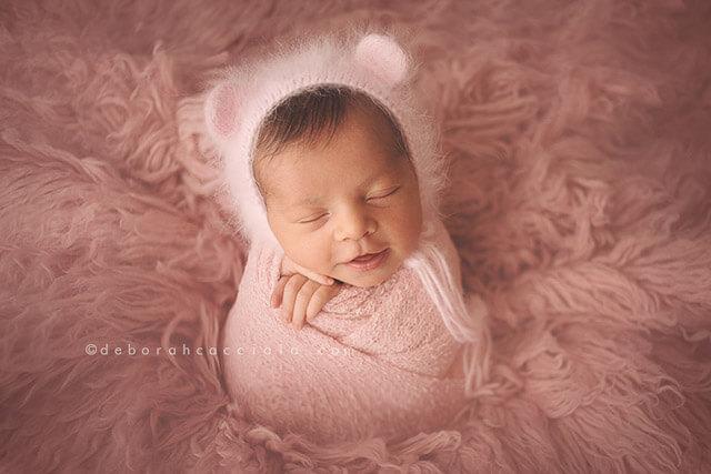 bebé envuelto en una manta