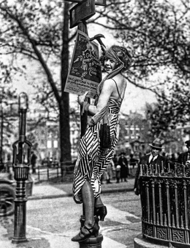Mujer colgando un cartel en Greenwitch Village