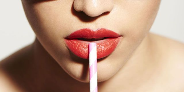 Close up de labios con pajita