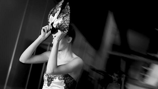 Mujer con máscara y vestido lencero