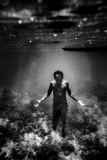 Hombre bajo el agua
