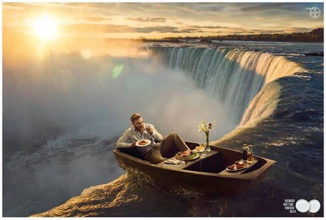 Hombre en una barca al borde de una cascada