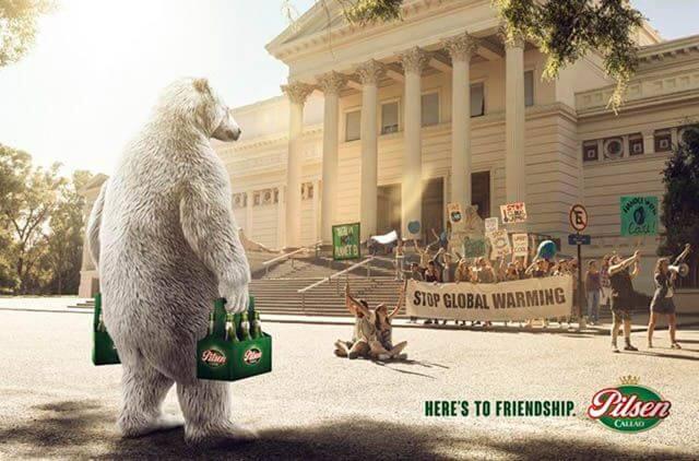 Oso llevando cerveza a una manifestación en contra del cambio climático