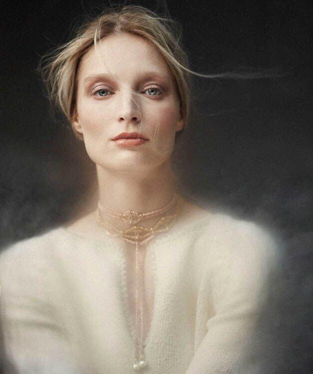 Editorial de mujer con chaqueta blanca