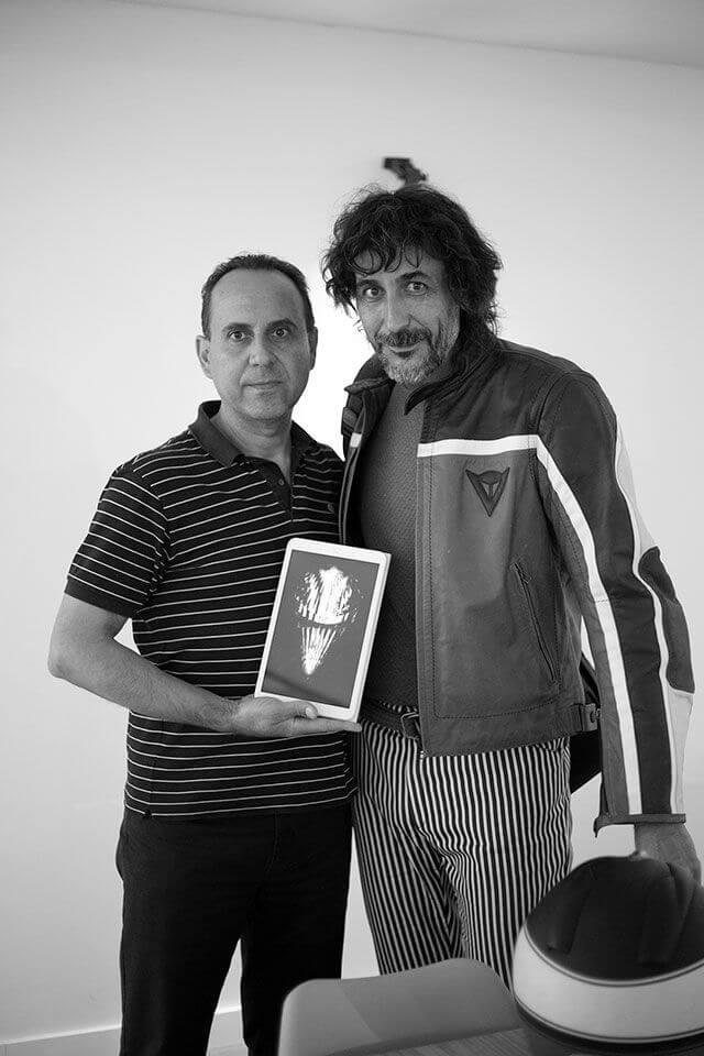 Eugenio Recuenco posa con Jose María y la fotografía seleccionada