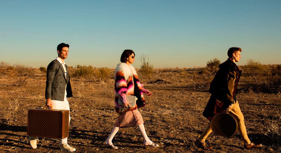 Tres personas caminando