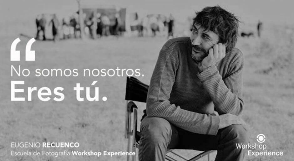 Eugenio Recuenco sentado en una silla