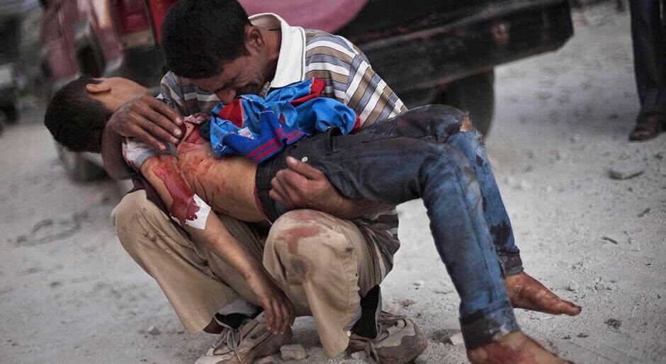 Hombre sujetando a niño herido