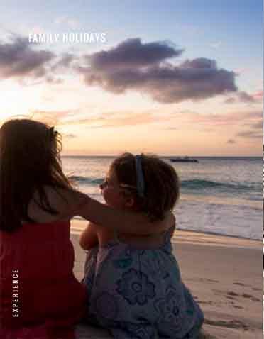 Dos niños sentados en la playa