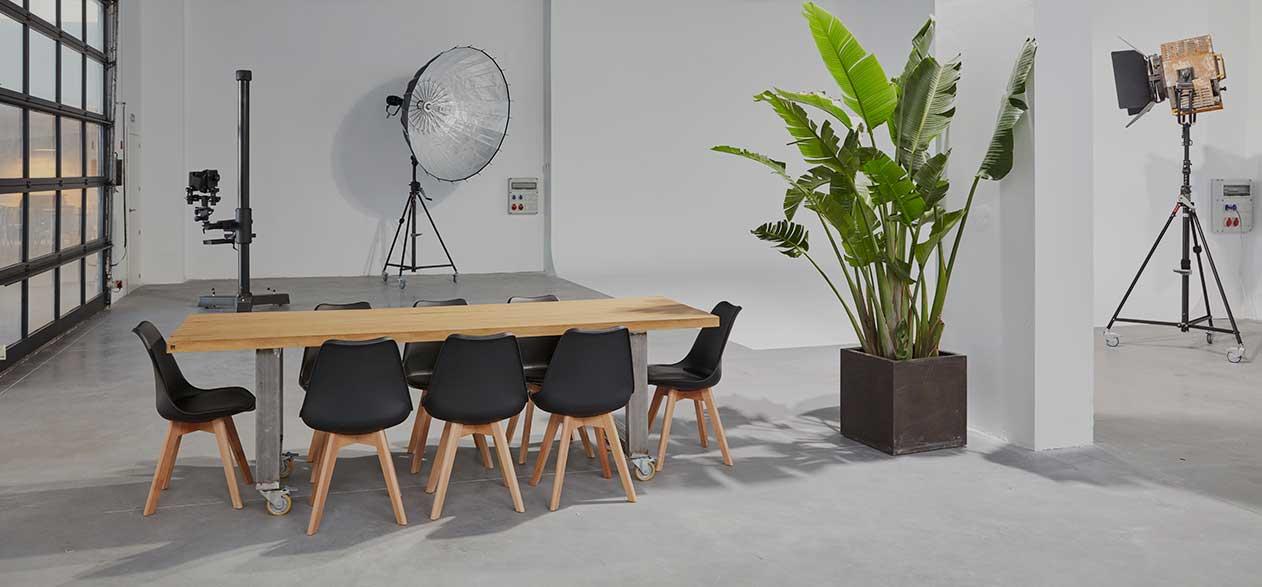 mesa de madera en plató